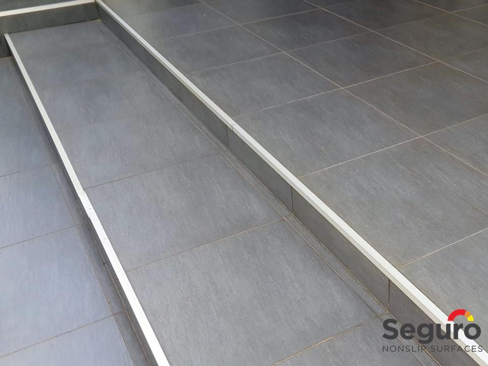 Anti-slip steps B2